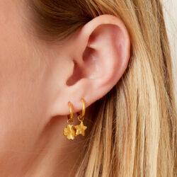 Lucky charm oorbellen aanfoto