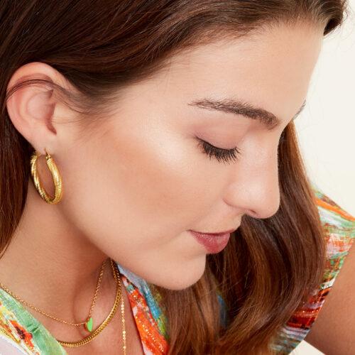 Twisted hoops oorbellen goud aanfoto